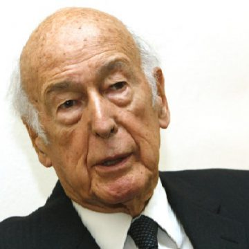 Former France's President Valery Giscard d'Estaing speaks during an interview with Reuters in Paris November 5, 2009. Valery Giscard d'Estaing, the former president who championed France's dependence on nuclear power, may seem a modern Don Quixote as he leads a fierce battle against the expansion of wind power turbines. Growing political opposition, a lack of government support, and changes in the regulatory framework mean that France is in danger of missing its ambitious wind power capacity target, set by the European Commission. Picture taken November 5, 2009.   REUTERS/Jacky Naegelen   (FRANCE POLITICS HEADSHOT)