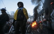 Anti-government protesters gather at a barricade at the site of clashes with riot police in Kiev January 25, 2014. Ukrainian President Viktor Yanukovich, in what appeared to be an offer of concessions to the opposition amid violent protests against his rule, pledged on Friday to reshuffle the government next week and to amend sweeping anti-protest laws. REUTERS/Konstantin Chernichkin (UKRAINE - Tags: POLITICS CIVIL UNREST TPX IMAGES OF THE DAY) - RTX17U38